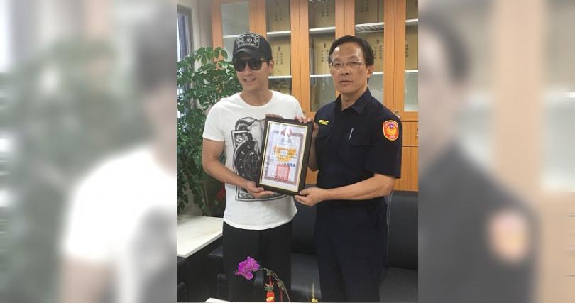 37歲男星鄭人碩見義勇為主動協助員警緝毒犯,行為令人大讚。(圖/萬華分局提供)