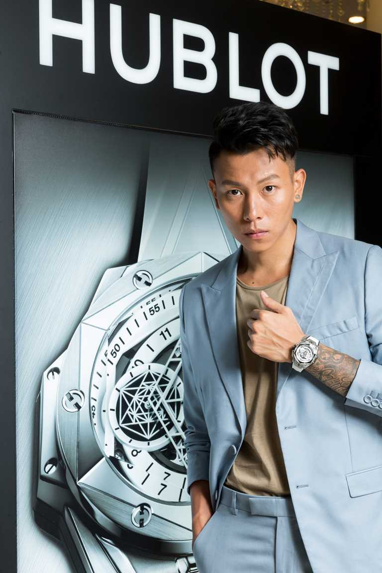 E.SO瘦子出席宇舶錶活動,佩戴HUBLOT「Big Bang Sang Bleu II墨白計時碼錶」鈦金屬款╱782,000元。(圖╱HUBLOT提供)