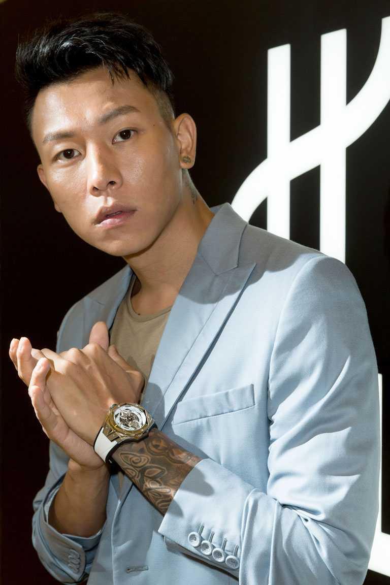 E.SO瘦子出席宇舶錶新品發表,手上佩戴HUBLOT「Big Bang Sang Bleu II墨白計時碼錶」鈦金屬款╱782,000元。(圖╱HUBLOT提供)