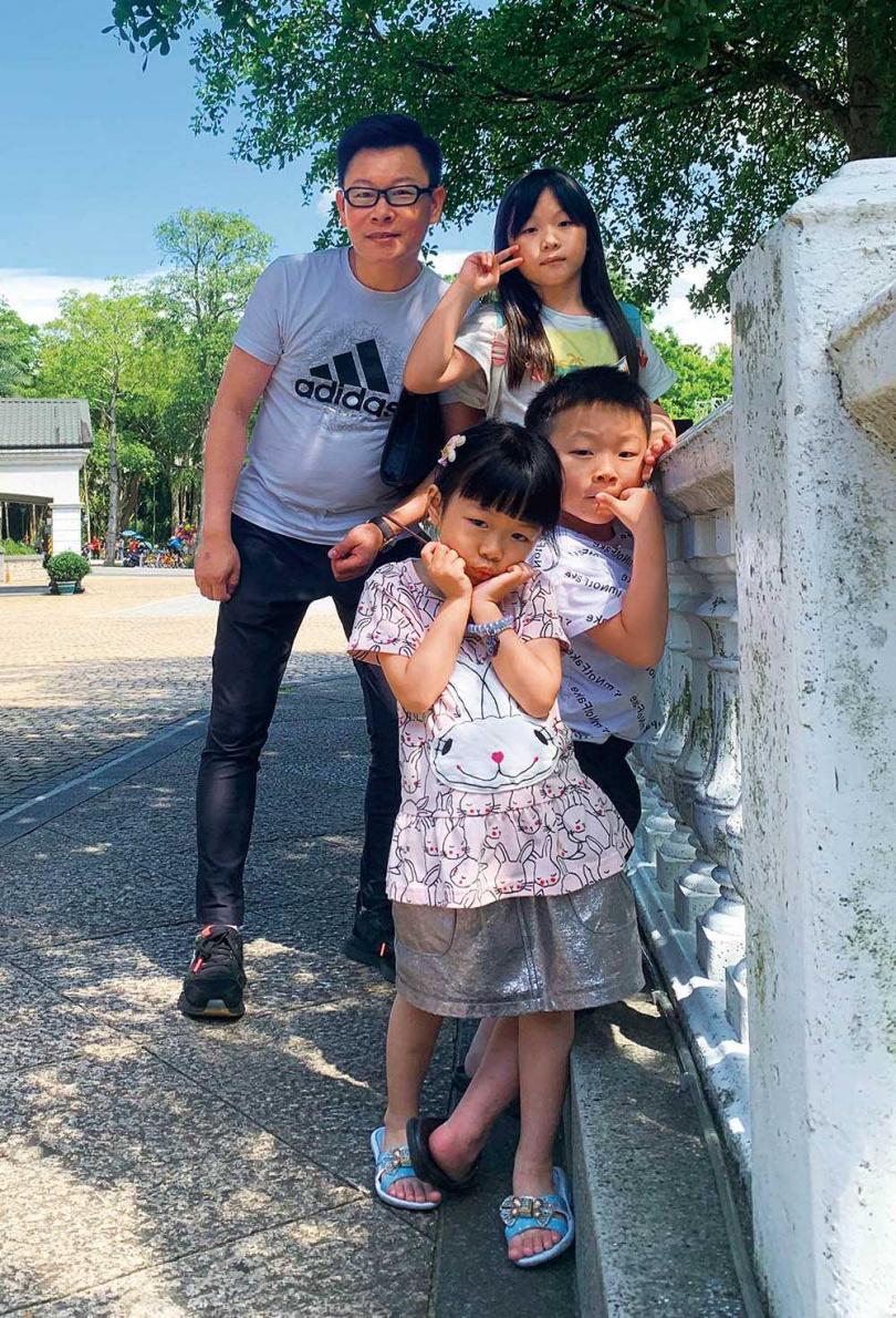 滿林昌很注重3名子女的教養,也常帶他們四處走走。(圖/大滿室內設計提供)