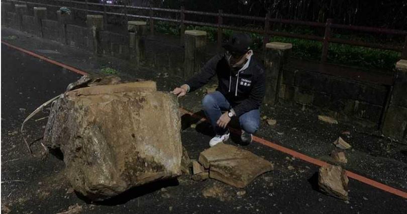 基隆市安樂區外木山湖海路二段,海神熱炒附近有落石掉落。(圖/翻攝照片)