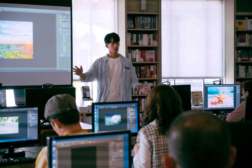 吳念軒在《粉》劇中飾演IT工程師,鮑正芳也報名上課。(圖/TVBS提供)