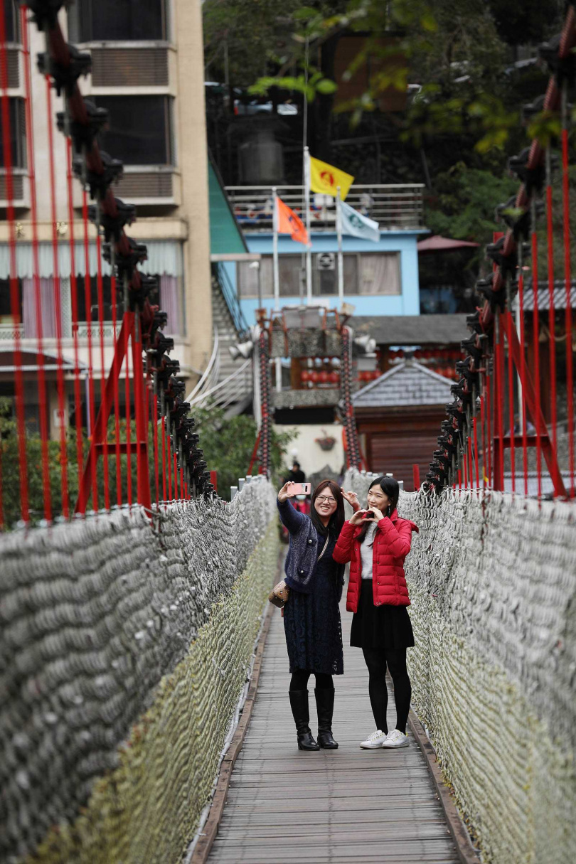 當地最具代表性的吊橋「谷關吊橋」,是早期居民仰賴生活的重要通道。(圖/于魯光攝)