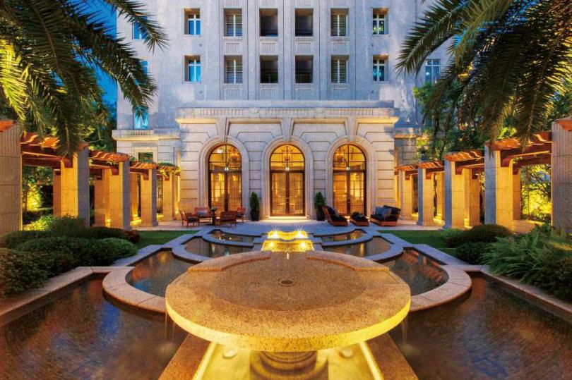 「文心信義」四面環繞精緻的義式庭院與噴泉水池,配上燈光設計,呈現藝術美感。(圖/翻攝自文心建設官網)