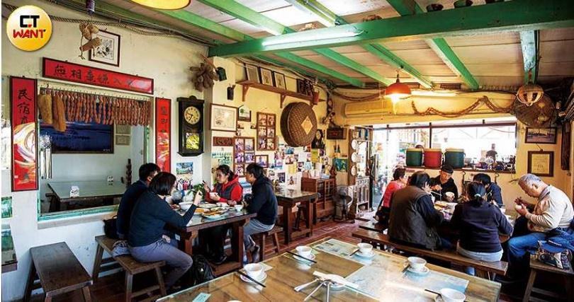 鹽鄉民宿餐廳是洪有志跟父母一起打造出來的,裝潢洋溢懷舊感。(圖/宋岱融攝)