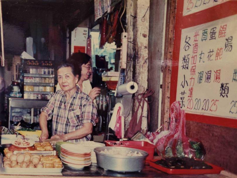 黃媽媽年輕時在北市饒河街經營麵攤,一位當地老住戶表示,「這邊的人都是從小吃黃媽媽的陽春麵長大的」。(圖/投訴人黃先生提供)