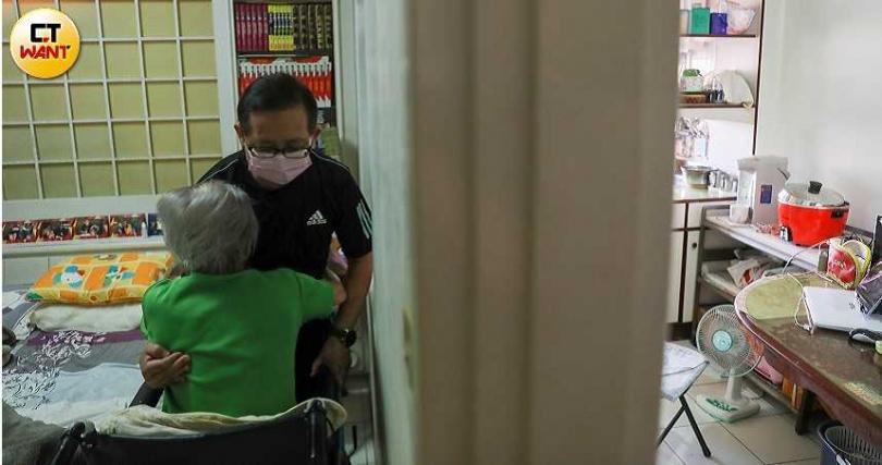 黃先生已60多歲,照顧無法自理的母親,老人照顧老人、沒受過訓練的他,常常自己也扭拉傷。(圖/張文玠攝)