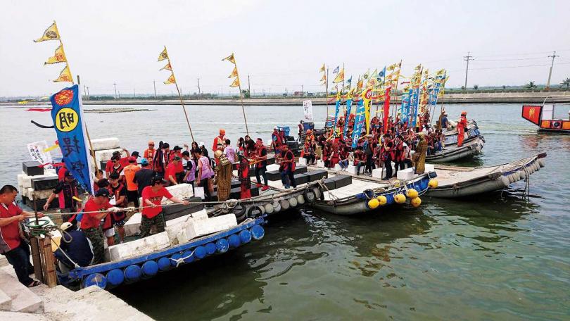 台南鹿耳社區以竹筏模擬戰艦登陸過程。(圖/報系資料照)