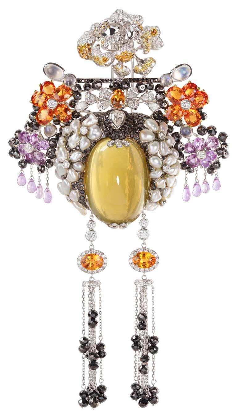 JHENG Jewellery「眾生臉譜系列」水晶臉譜╱18K白金,檸檬水晶、無核珍珠、粉剛、彩剛、黃鑽、黑鑽與白鑽╱1,210,000元。(圖╱JHENG Jewellery提供)