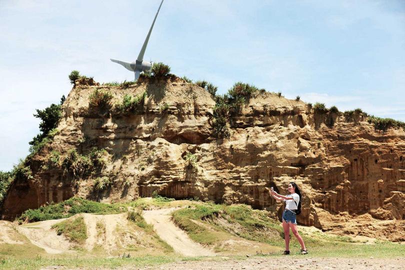 「林口水牛坑」的荒漠氛圍,不只吸引網美,也有咖啡廣告前來取景。(圖/于魯光攝)