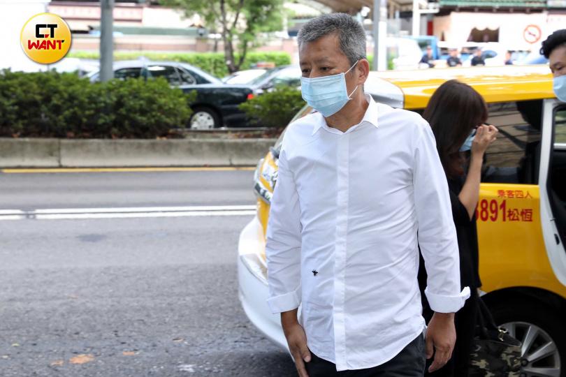 黃鴻升爸爸穿著白襯衫抵達靈堂。