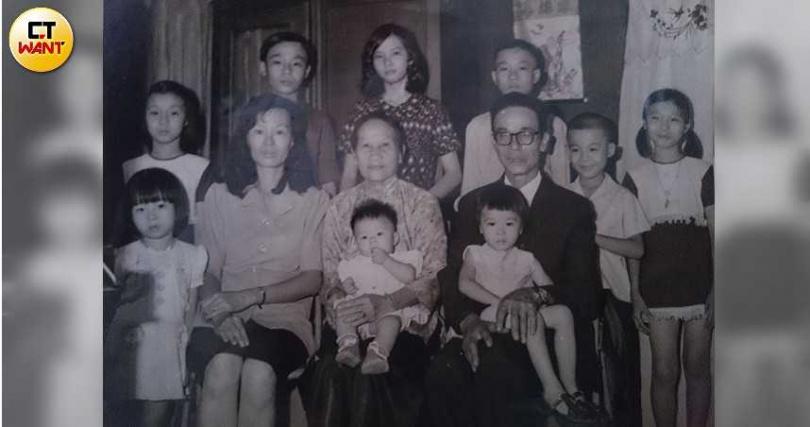 楊小梅家有9個兄弟姊妹,加上奶奶,家庭經濟不足支撐12人共存,只好將3個年幼的孩子安置社福機構,全家人唯有周末假日才能團聚。(圖/讀者提供)