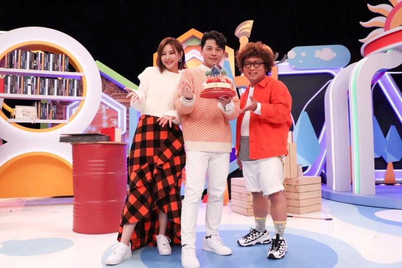 納豆、安心亞、阿Ken一同主持中天《同學來了》節目,日前找來阿Ken學生時期的同學們,為25日生日的他提前慶生。。(圖/中天提供)