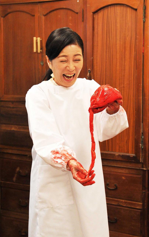 方文琳當天拍戲拍到血漿將雙手染色。