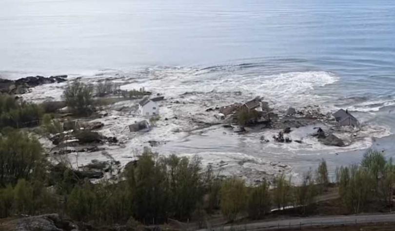 挪威罕見土石流,8棟房屋直沖大海。(圖/Youtube)