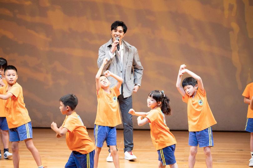 謝佳見則率領22位瑪陵國小學童演唱〈愛心樹遍人間〉。(圖/時大音樂提供)