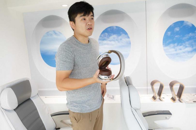 Mobile01資深編輯Bryan認為太陽眼鏡和頸掛式揚聲器用途不同,前者適合攜帶外出,後者則適合在家使用。(圖/受訪者提供)