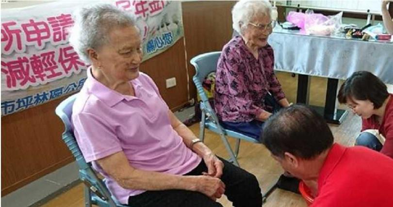 梁金生參加沐族感恩活動幫母親洗腳。(圖/新北教育局提供)
