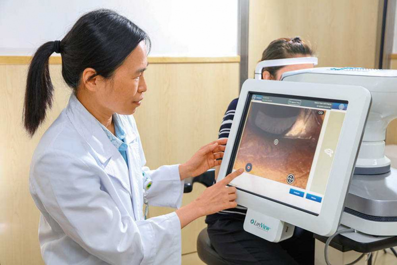 國泰醫院眼科醫師杜培寧指出,最新的「眼表面干涉儀」可檢查瞼板腺分泌是否正常,也能觀察眨眼次數與方式。(圖/國泰醫院提供)