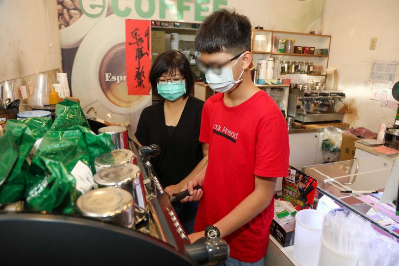 小姜在家待學期間,會幫忙媽媽照顧咖啡店生意。(圖/張文玠攝影)