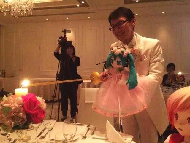 一名日本男子近藤顯彥堪稱是全世界最愛初音未來的人,他的家中不但有著大量初音的周邊商品,還因為在2018年11月花費200萬與初音「結婚」。(圖/翻攝宅宅新聞)