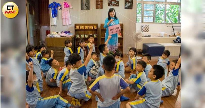 來自越南的楊小梅,在學校也會教導學生一些基本的越南話,孩子們也學習得相當開心。(圖/讀者提供)