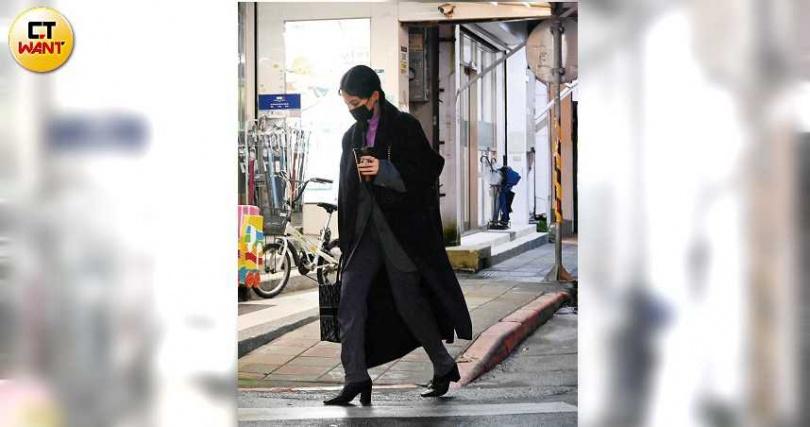 活動結束後,戴著口罩的曾之喬隨即趕往咖啡廳視察。(圖/本刊攝影組)