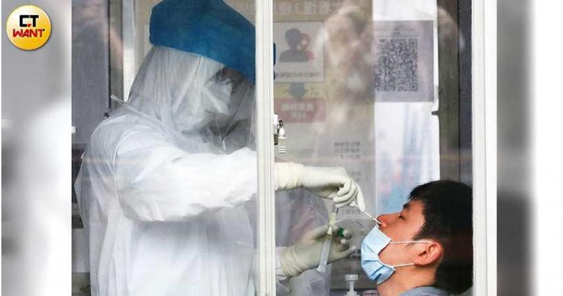 隨著病毒進入社區,疫指中心終於擴大居家隔離與篩檢對象,希望能及時築起防火牆。(圖/王永泰攝)