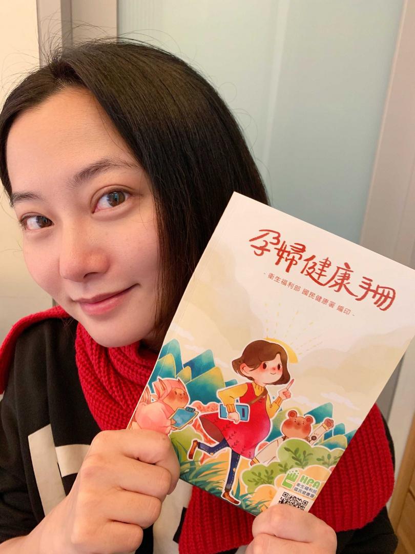 趙小僑開心拿到孕婦健康手冊。(圖/台灣艾捷隆.送子鳥11生殖中心)