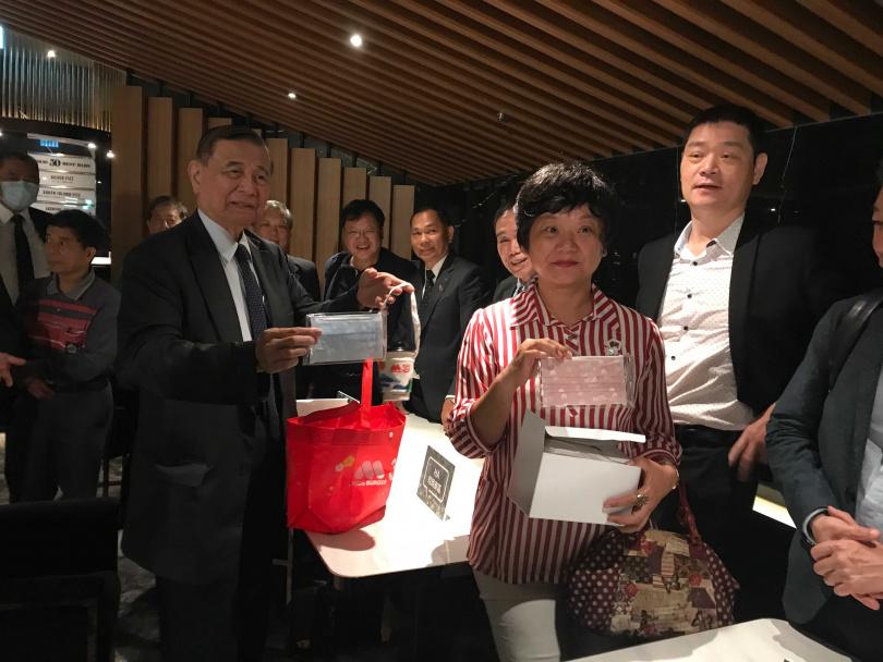 東元集團會長黃茂雄(左)將摩斯所推的口罩,贈送給出席家電產品說明會的經銷商們。(圖/李蕙璇攝)