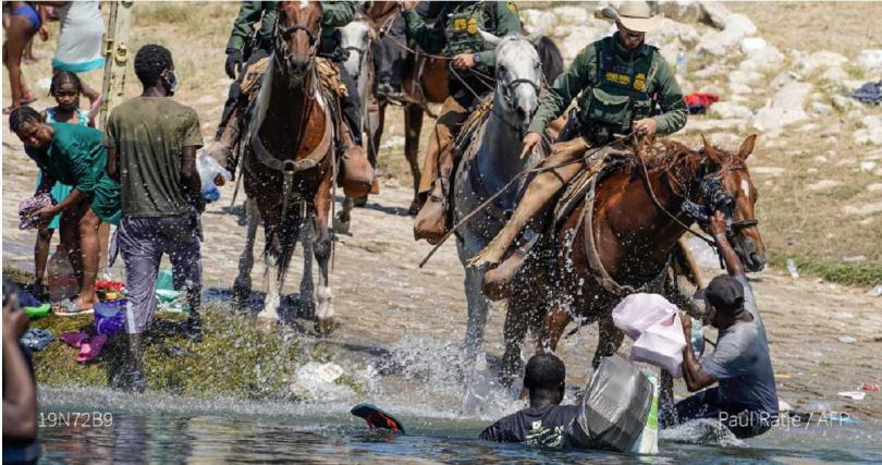 美國邊境騎警驅逐移民惹議。(圖/翻攝自@AFP推特)