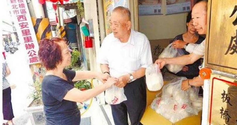 黃水盛免費分送里民煉乳饅頭。(圖/報系資料照)