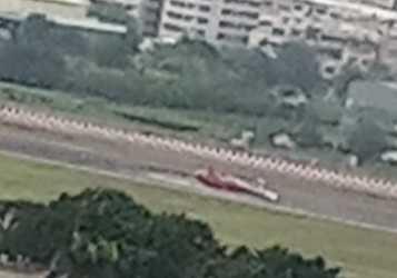 小港機場傳出直升機空安意外,依據網友上傳的照片,紅白相間的空勤隊直升機,疑似段兩截,消防隊則是一旁待命。(圖/翻攝畫面)