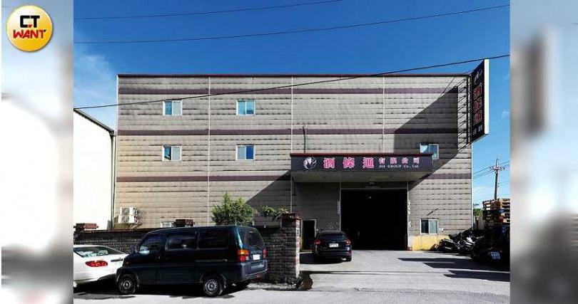 江偉正從不講究排場,辦公室就在新北市汐止的倉庫樓上。(圖/王永泰攝)