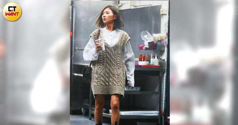 與唐禹哲漫長車遊期間,豆花妹還下車買了一杯豆漿解饞。(圖/本刊攝影組)