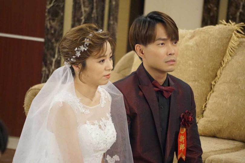 王瞳跟許仁杰在《多情城市》中穿婚紗舉行婚禮。(圖/民視提供)