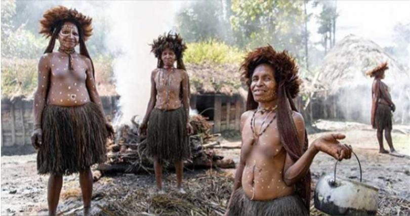 部落中族人仍穿戴傳統服飾。(圖/翻攝自IG@alfienero)