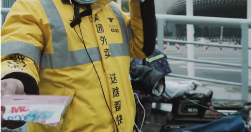 林晨在路上送到美食外送員,等著賺錢養家,也送給他幾個口罩。(圖/林晨同學YouTube)