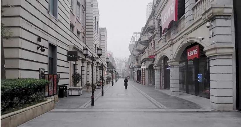 林晨以空拍機記錄武漢鬧區街景,宛如一座空城。(圖/林晨同學YouTube)