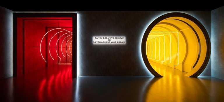 可選擇左邊「方中帶圓:成就夢想」的深紅色隧道,抑或右邊「圓中帶方:夢想成功」的金黃色隧道,為自我專屬的夢想與成功定義。(圖╱CARTIER提供)