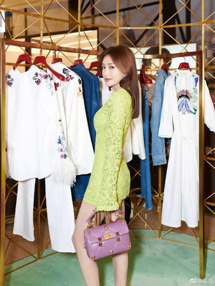 秦嵐穿上螢光綠洋裝,更顯肌膚白皙。(圖/翻攝自秦嵐微博)