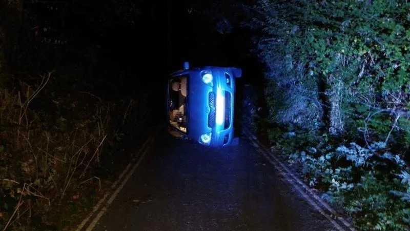 一對情侶車震時誤觸手煞車,導致車輛滑落邊坡。(圖/翻攝自推特)