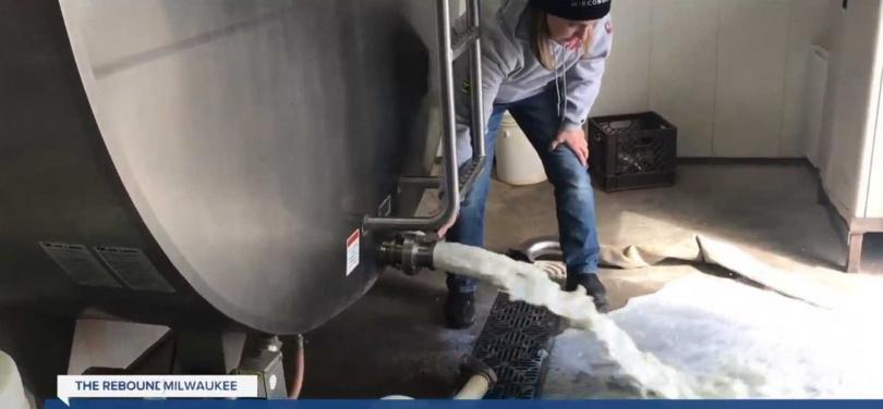 日落農場無奈的將牛奶倒掉。(圖/翻自TMJ4電視)
