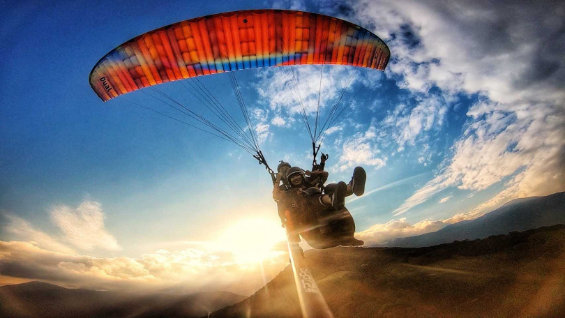前往花蓮體驗滑翔傘,以雄鷹的視角俯瞰花東縱谷。(圖/KLOOK提供)