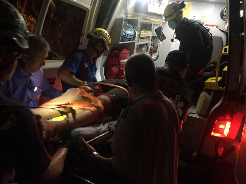 高雄杉林區發生農機自撞山壁意外,杉林分隊出動2車5人,快速將傷者救起進行救護處置。(圖/翻攝畫面)