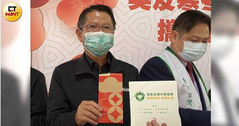 台北市小英之友會總會長陳茂仁非常惜物,手上總統紅包袋為去年款式。(圖/記者陳大智攝)