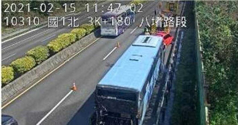 上午11時14分國1北向3.2公里發生1輛客運火燒車。(圖/高公局提供)