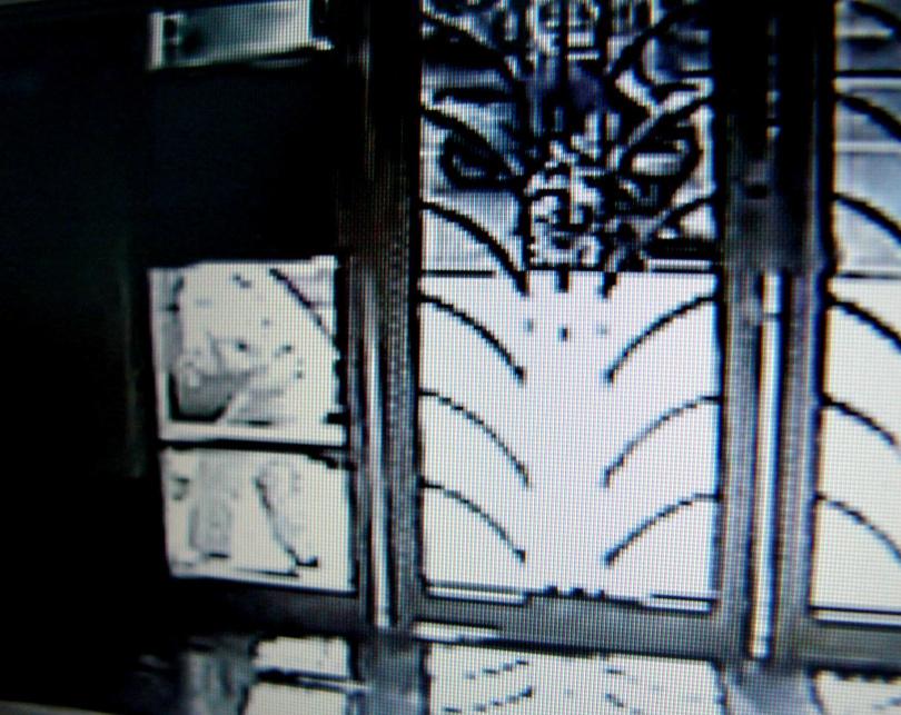 社區監視器拍到楊慶順(大門左側)倒下前畫面。