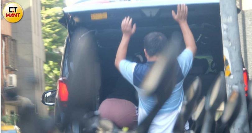 載著外傭返家,蔡詩芸司機未依規定讓人坐在座位上,而是把外傭塞進沒有座椅的後車廂,嚴重違規。(圖/本刊攝影組)