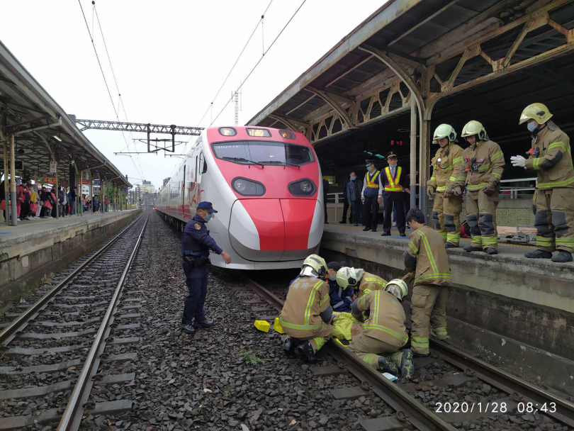 28日台南車站發生落軌意外,老翁掉落軌道慘遭撞上(圖/報系資料照)